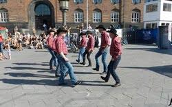 Linedance på Pride Square